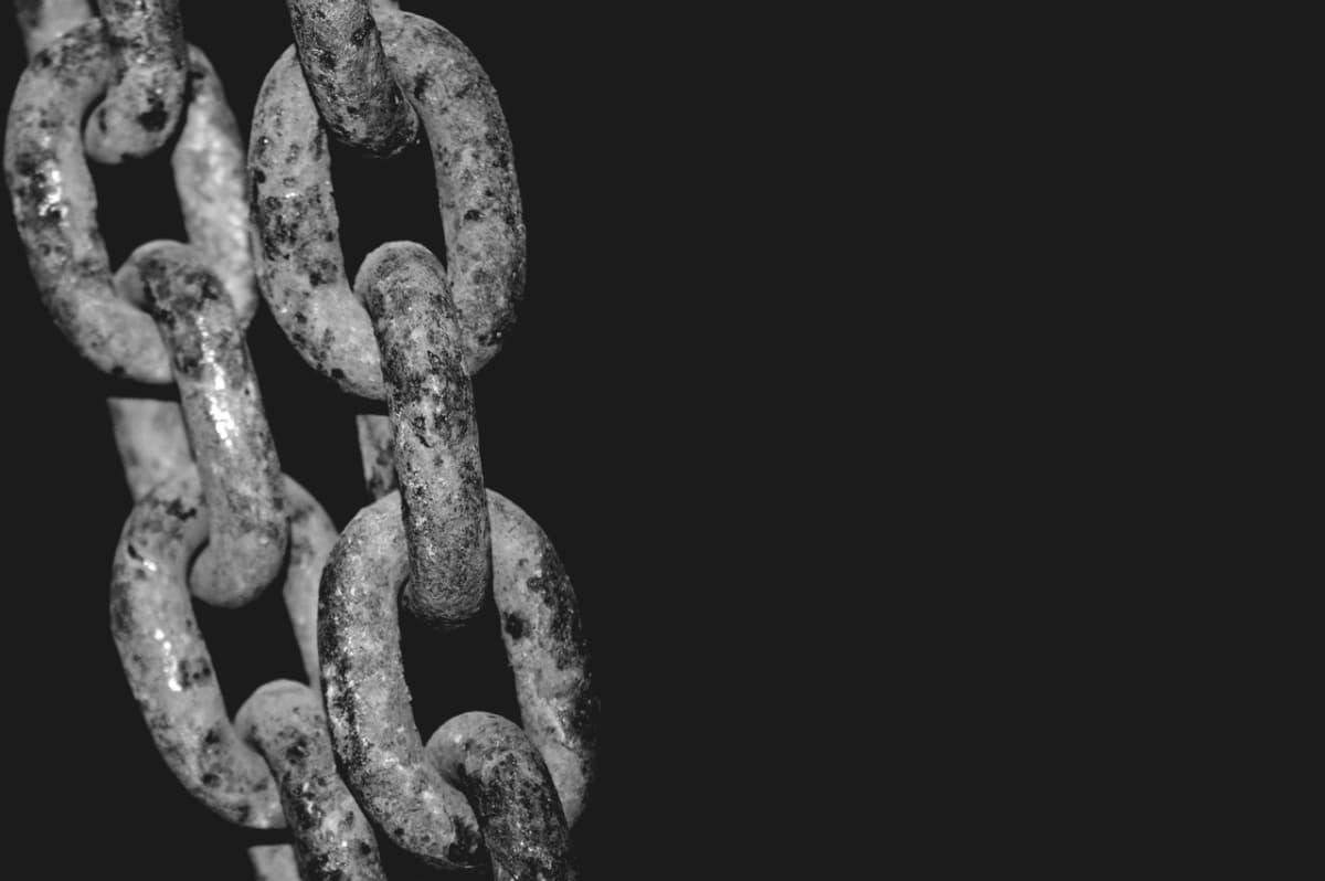 Las cadenas constriñen, pero también unen