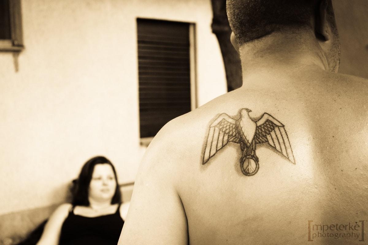 Tatuaje de halcón con un toque geométrico