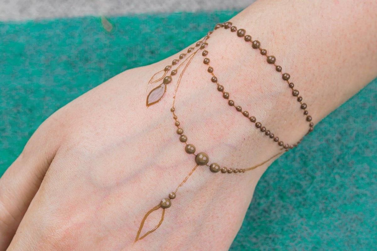 Tatuaje de henna, la cadena está hecha con circulitos y es más delicada