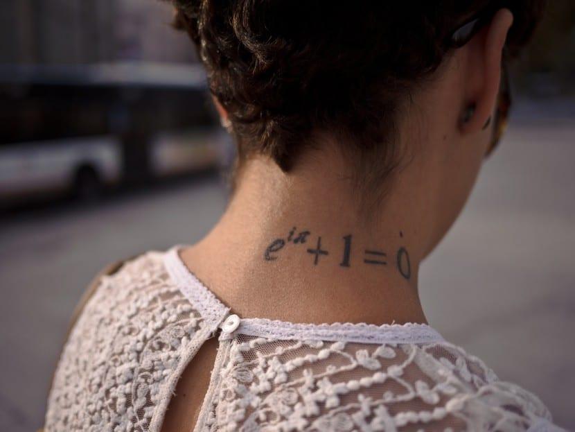tatuaje mates cuello