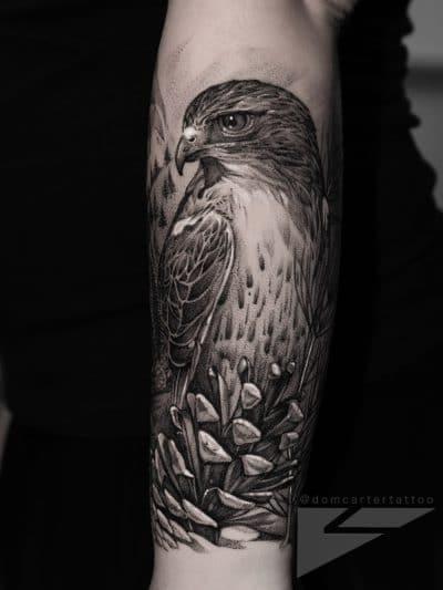 Otro tatuaje precioso de halcón realista
