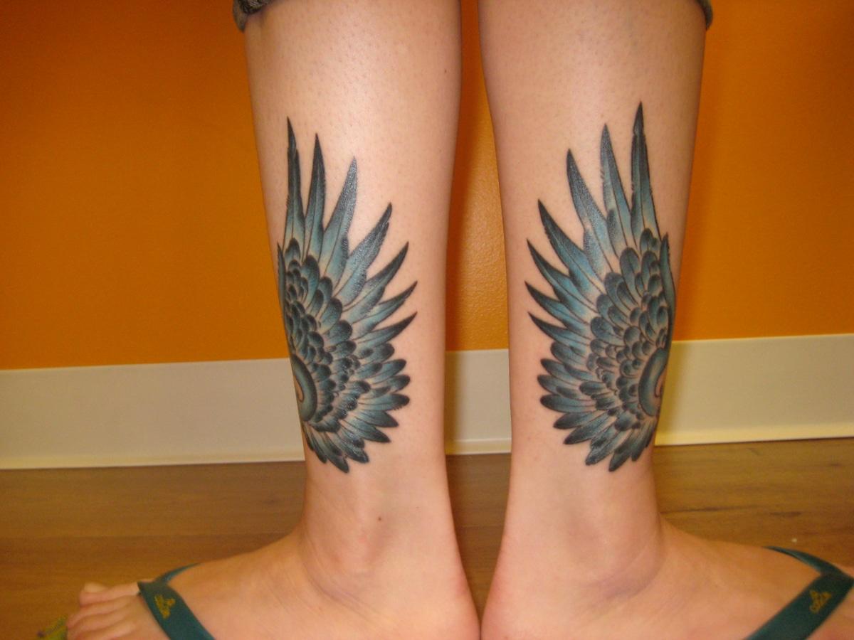 Las alas en los tobillos son para simbolizar a Hermes