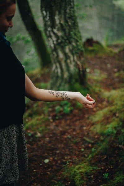 Tatuaje de helecho sencillo en el brazo