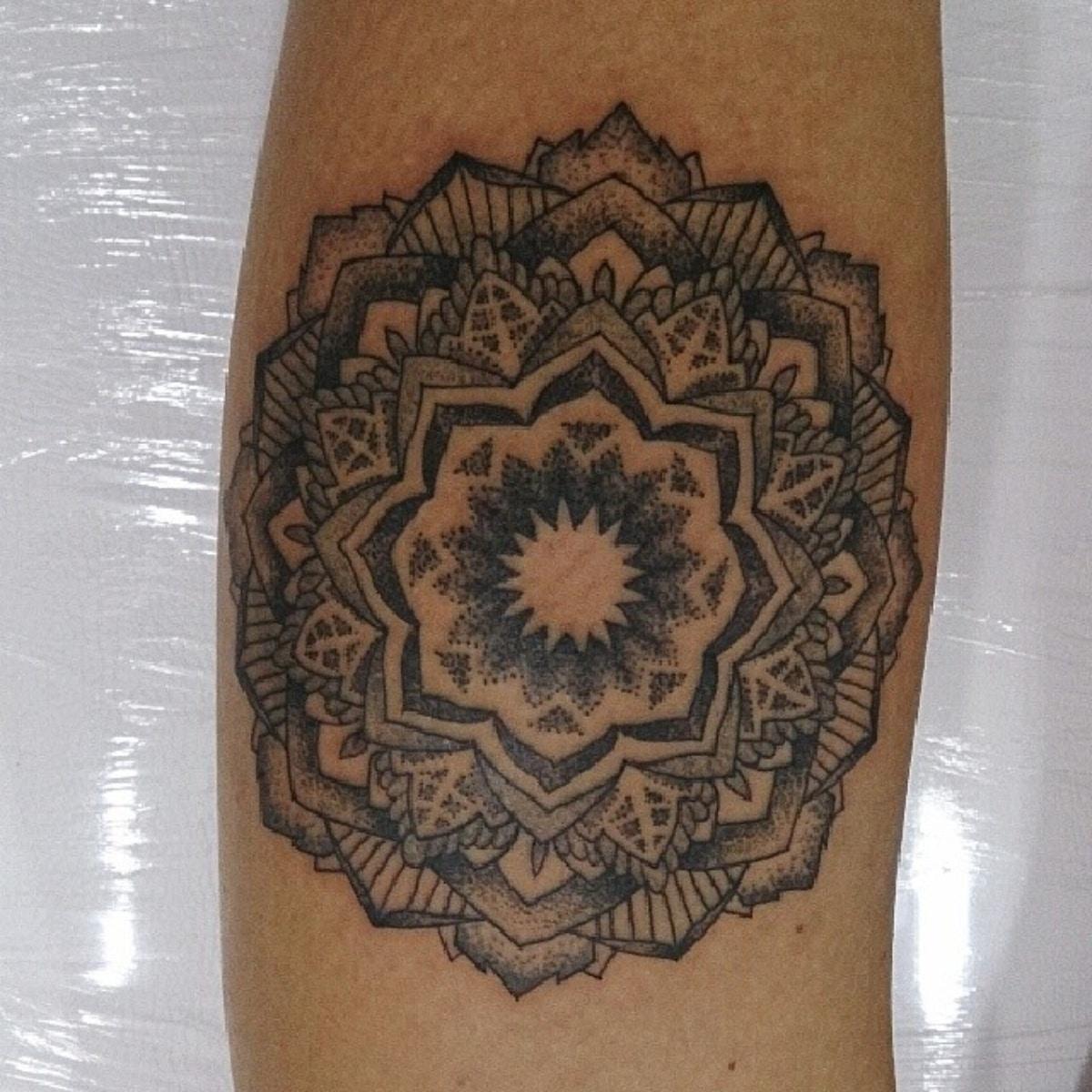 Tatuaje mandala blanco y negro