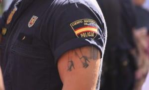 Ser policía nacional con tatuajes