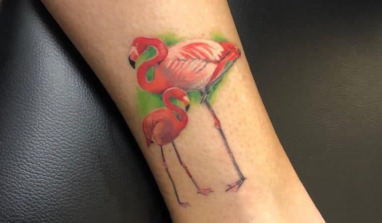 Tatuaje de flamenco con su cría