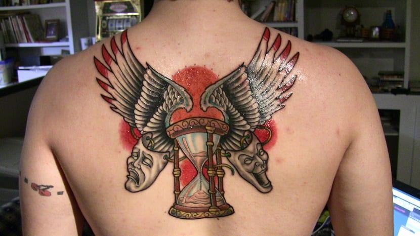 Tatuajes reloj de arena en espalda