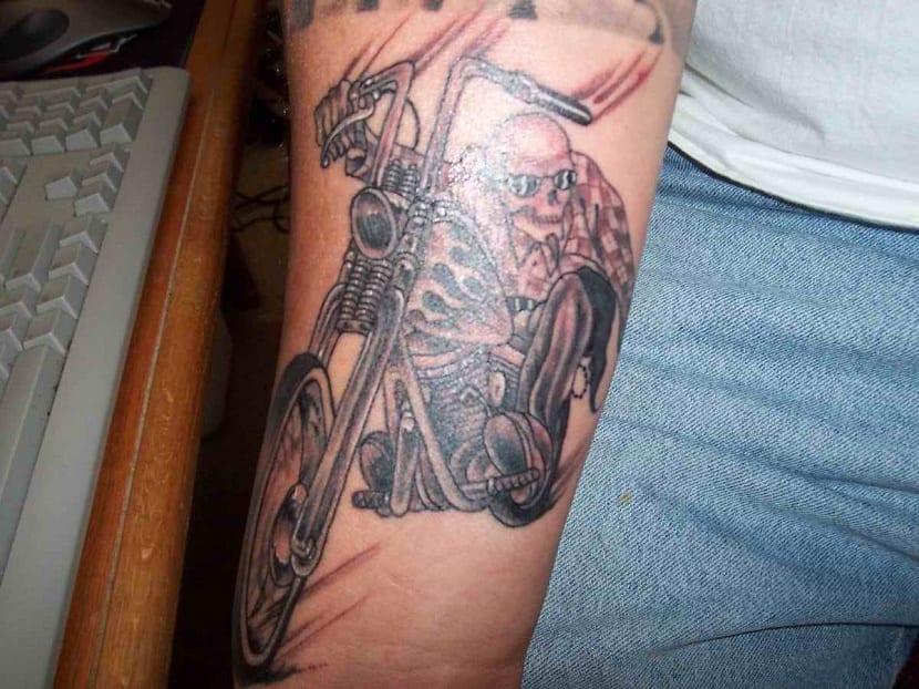 tatuaje de moto brazo