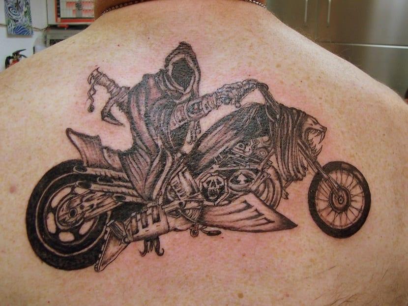 tatuaje de moto con muerte