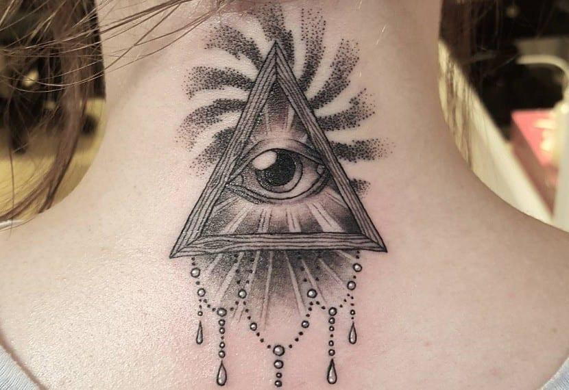 tatuaje ojo espalda triangulo