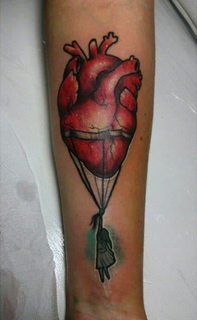 Tatuaje de globo con un corazón