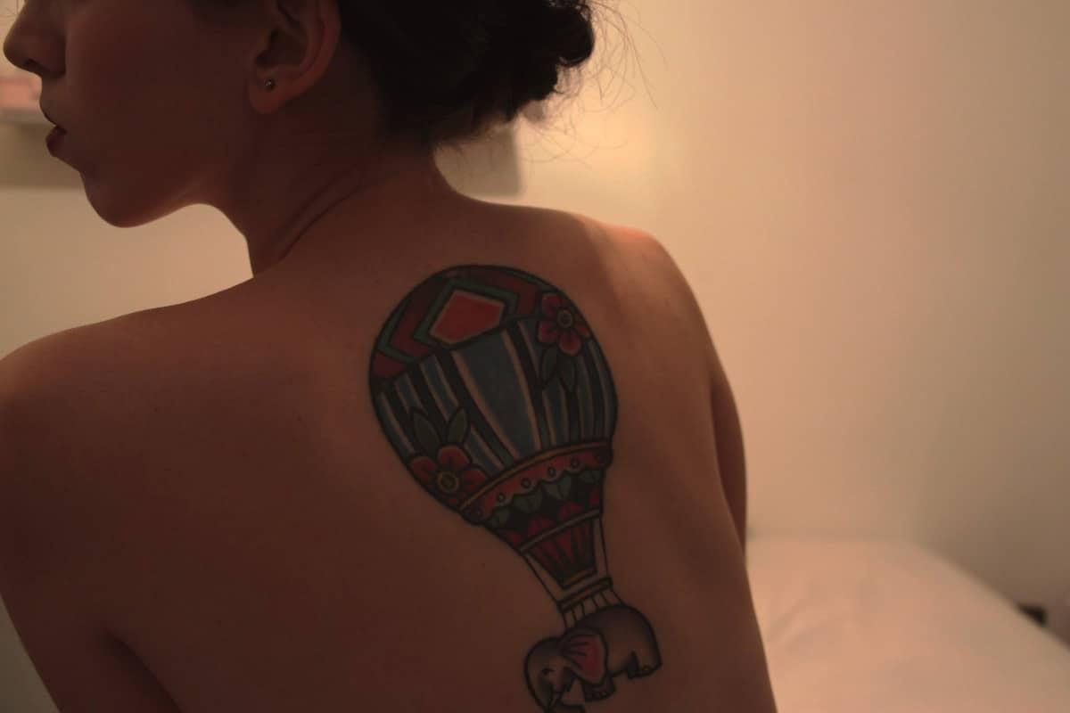 Tatuaje de globo en la espalda