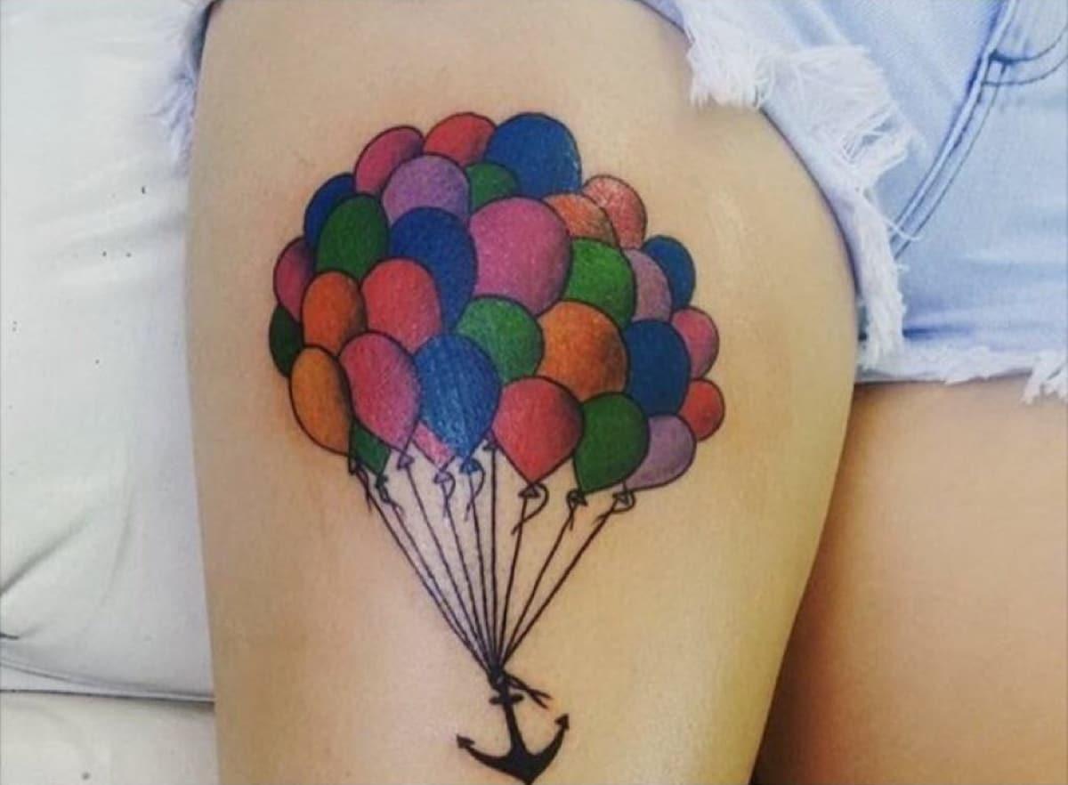 Otro tatuaje que muestra el equilibrio con un ancla y globos