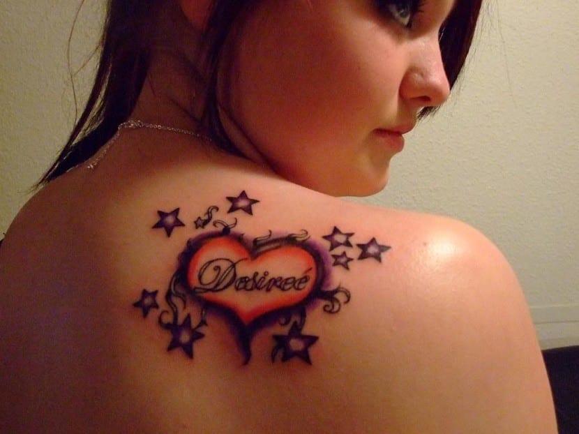 corazones tatuados con nombres