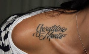 tatuajes de nombres en los hombros