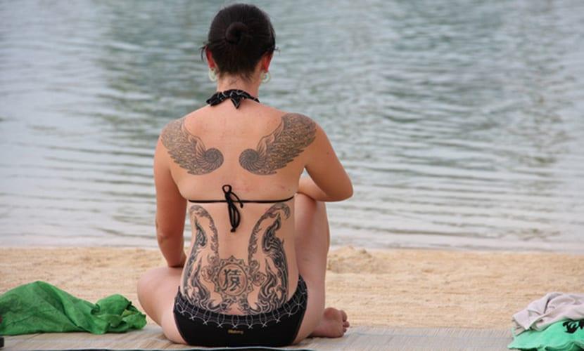 Cuidados del tatuaje frente al sol y playa