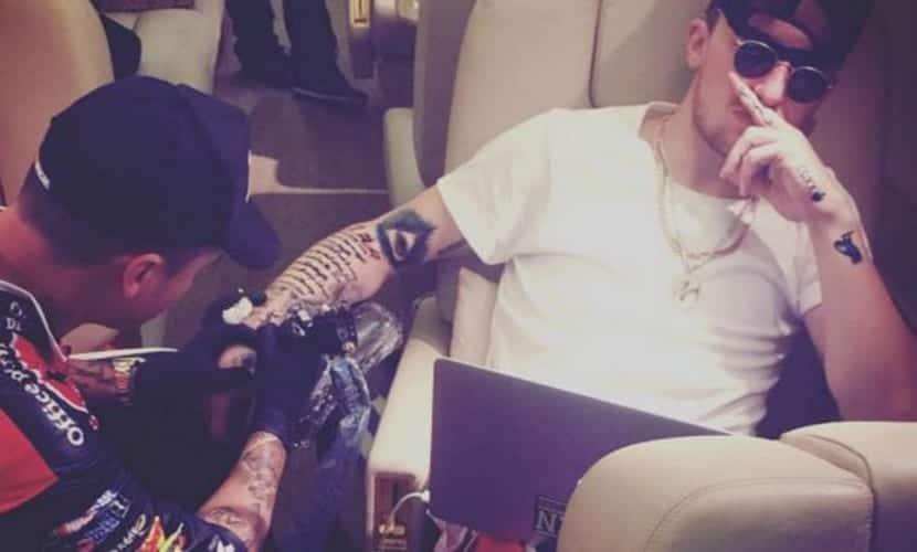 Johnny Manziel se hace un tatuaje en pleno vuelo