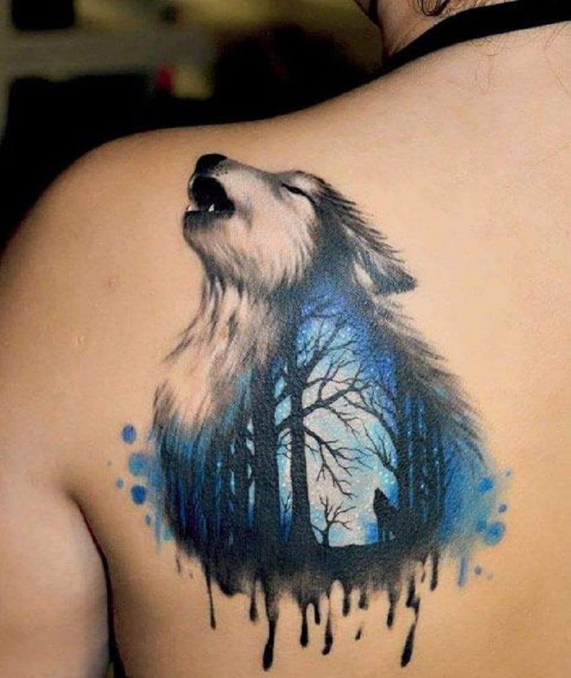 Tatuaje de lobo aullando en la espalda