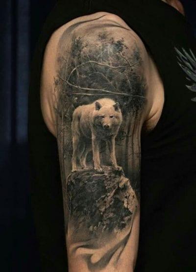 Tatuaje de lobo en el brazo