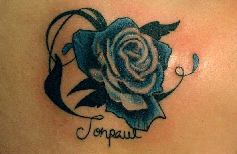 tatuaje de rosa azul