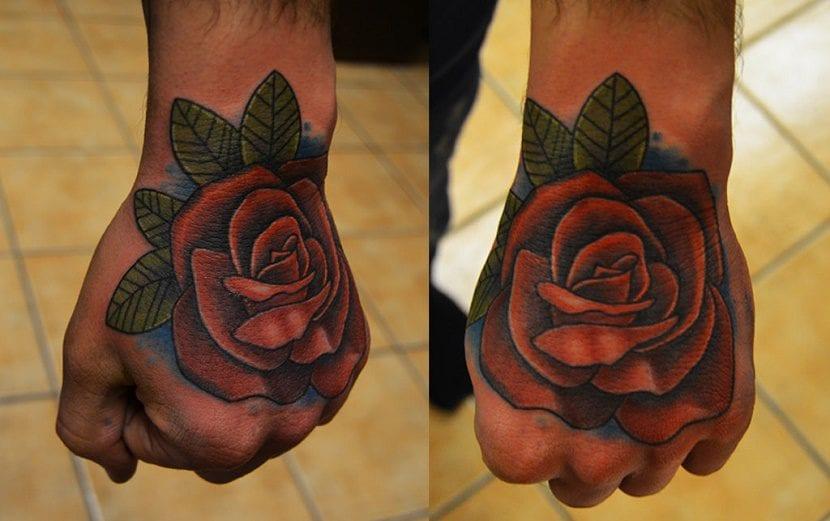 tatuajes de rosa en la mano