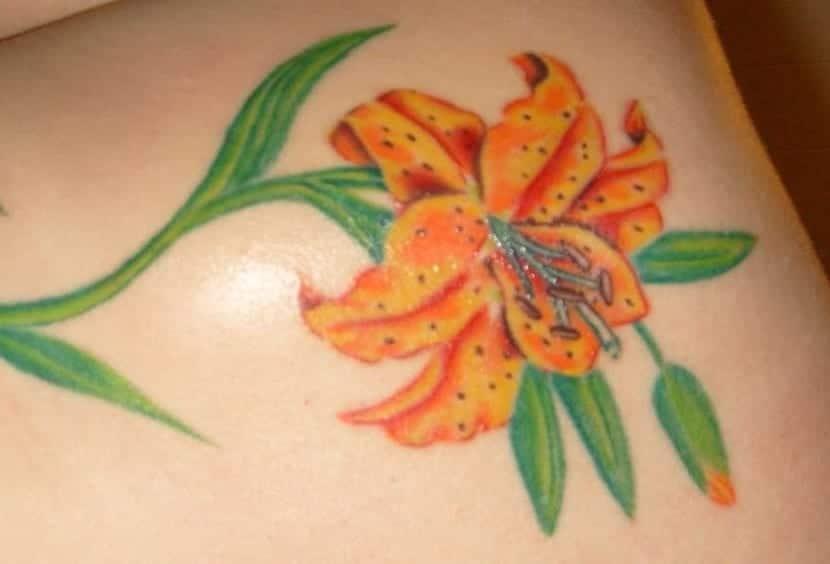 tatuaje de lirio amarillo