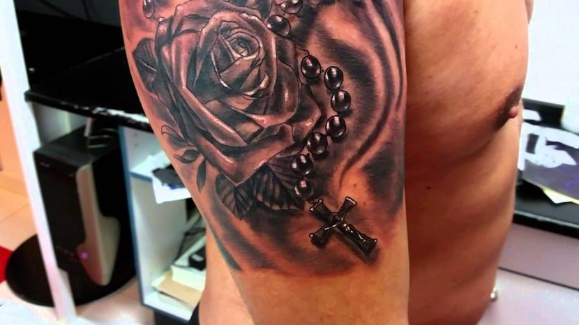 rosa y rosario de tatuajes