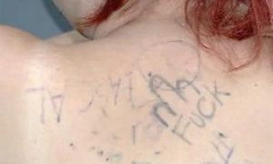 Tatuaje de pene en la espalda
