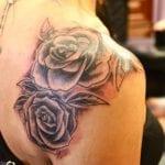 tatuajes de rosas en blanco y negro