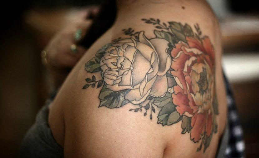 tatuajes de rosas en la mujer