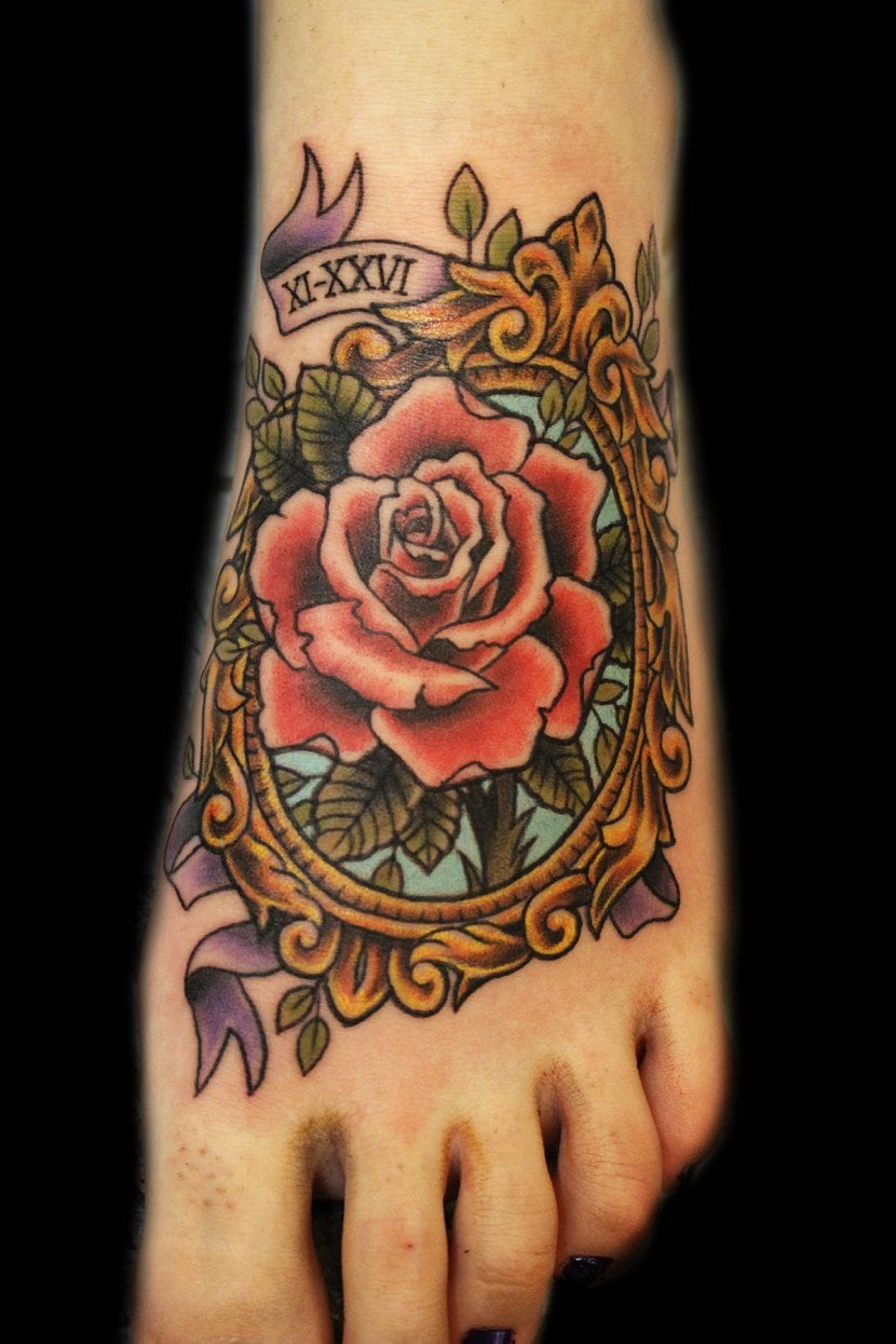 tatuajes de rosas en el pie