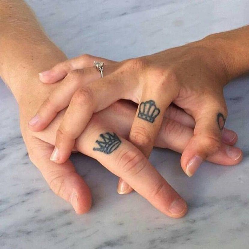 tatuaje de corona en el dedo