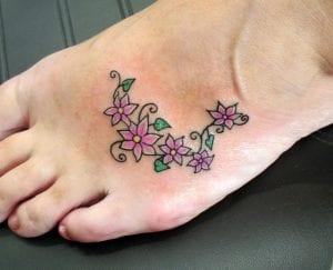 tatuaje de enredadera con flores