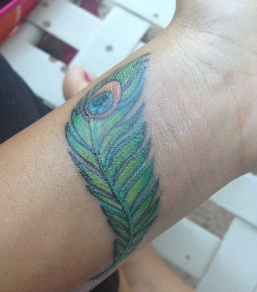 tatuajes de plumas en la muñeca