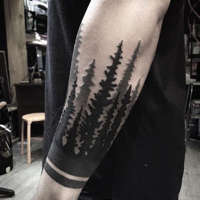 Tatuaje de bosque en el brazo