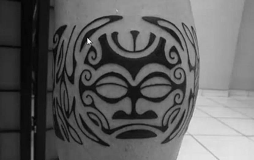 Tatuajes maoríes en el codo