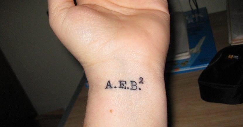 tatuaje de iniciales