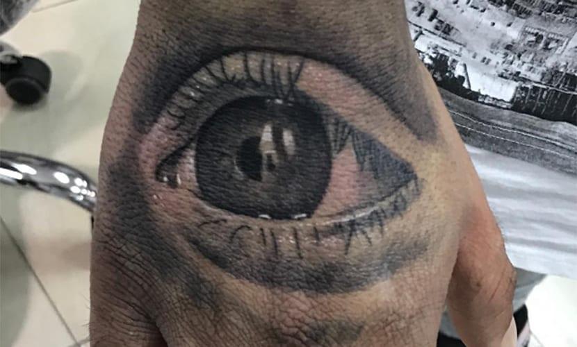 Tatuaje de Kiko Rivera - un ojo en su mano derecha