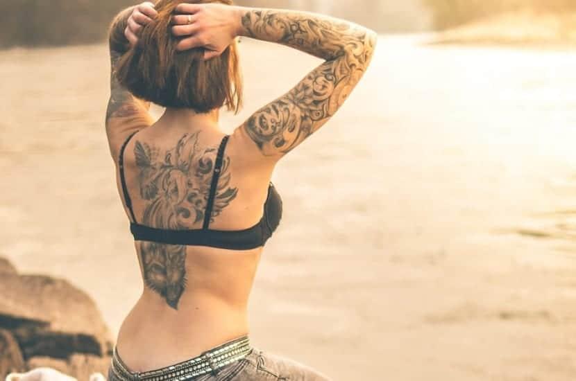 Espalda mujer tatuada