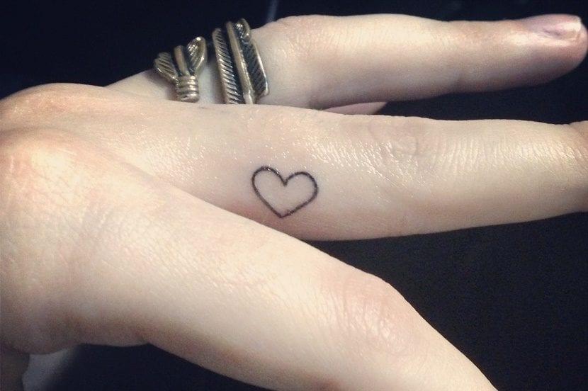 tatuajes de corazones en el dedo