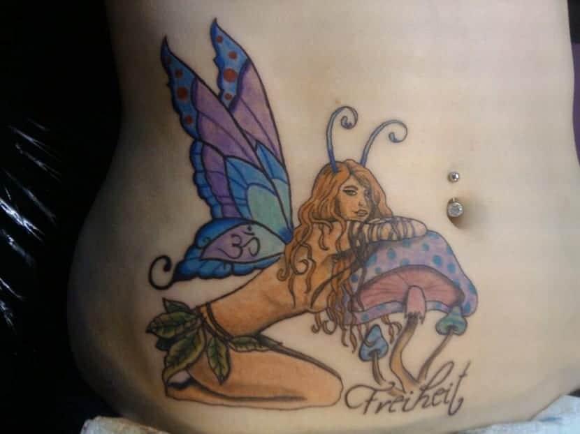 tatuaje de hada en la cadera