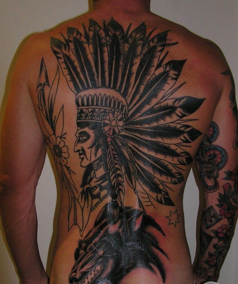 tatuaje de indio nativo y lobo