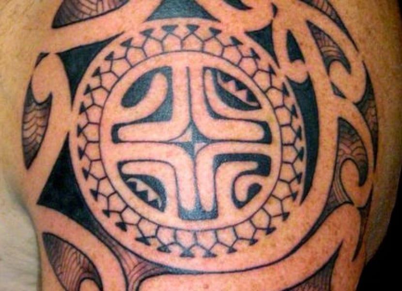 Tatuaje cruz maorí