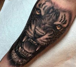 tatuaje león antebrazo
