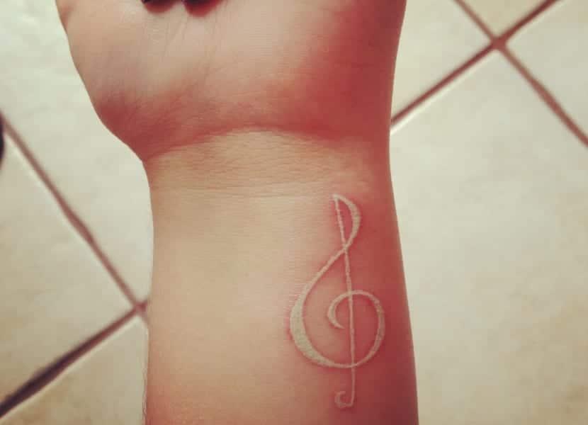 Tatuaje nota musical blanco