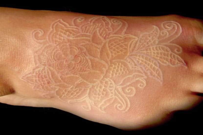 Tatuaje en blanco en el pie