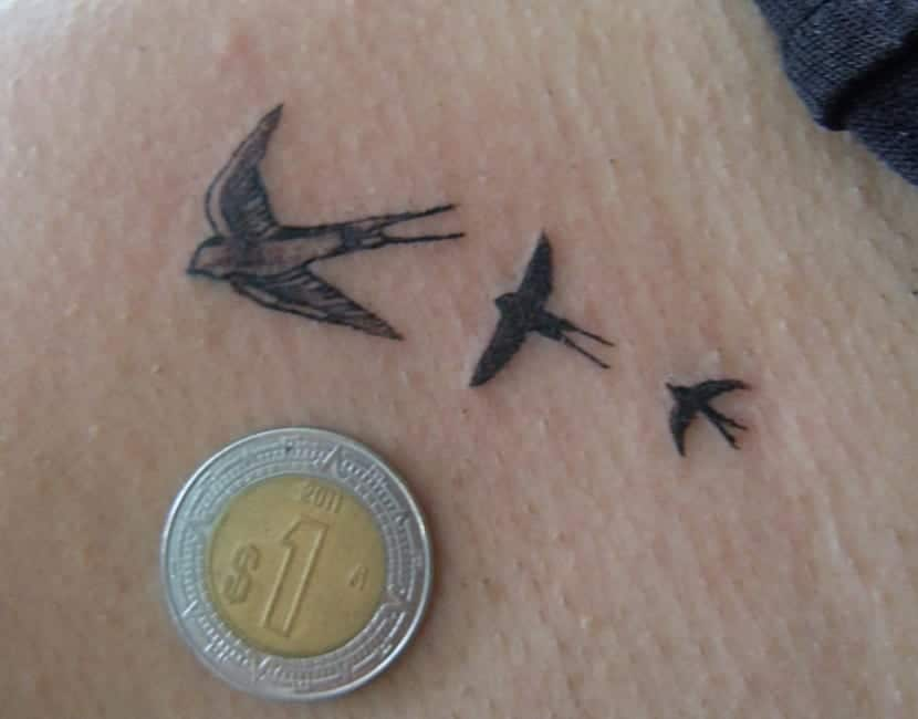 Sencillo tatuaje de golondrinas
