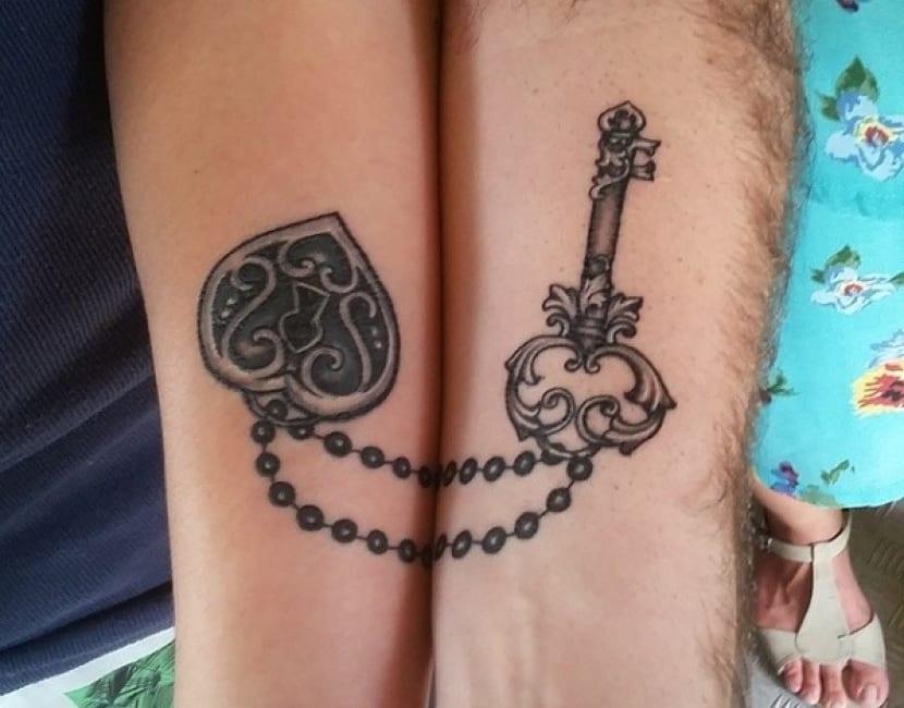 Tatuaje complementario llave y candado