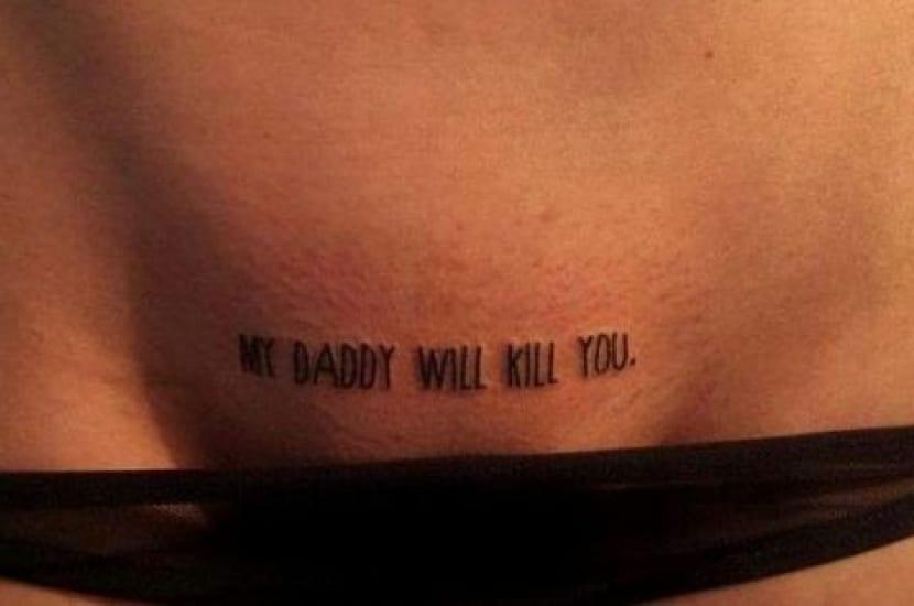 Tatuajes con frases en el pubis