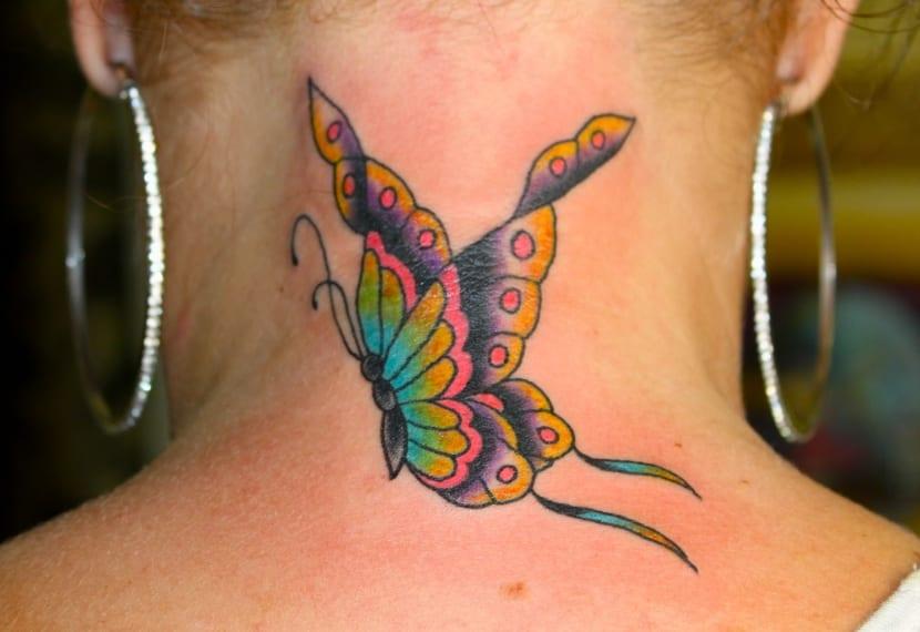 Tatuajes de mariposa en nuca